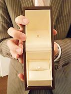 サプライズプロポーズで花束&オリジナルメッセージカードプレゼント!3/31まで