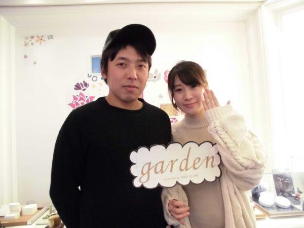 大阪・岸和田のガーデン本店でアムールアミュレットの結婚指輪を着けた夫婦の写真