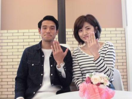 大阪・岸和田のガーデン本店でアムールアミュレットの結婚指輪を着けたカップルの写真
