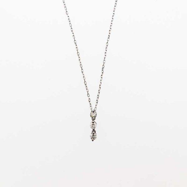 K18WG(ホワイトゴールド)ダイヤモンドのスリーストーンネックレスを大阪で記念日やお誕生日のギフトプレゼントに、garden本店(ガーデン)